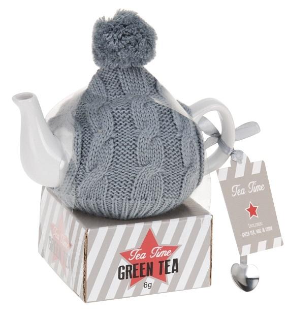 Čajová konvice  v pletené čepici s balíčkem čaje